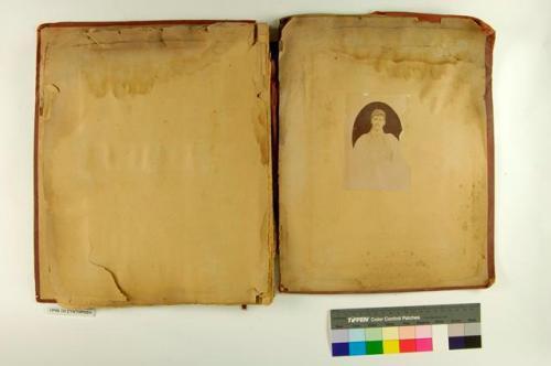 9. Το οπισθόφυλλο του κόκκινου λευκώματος πριν τη συντήρηση
